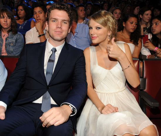 taylor-swift-y-su-hermano-austin-swift-her-brother-2012-tca.jpg