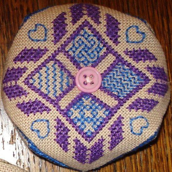 Biscornu violet DSC04651 --