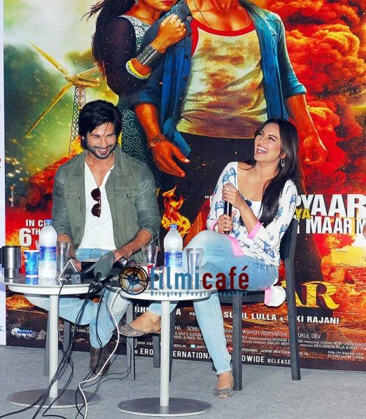 Shahid-Kapoor-and-Sonakshi-Sinha-Leaving-for-R-.--copie-6.jpg