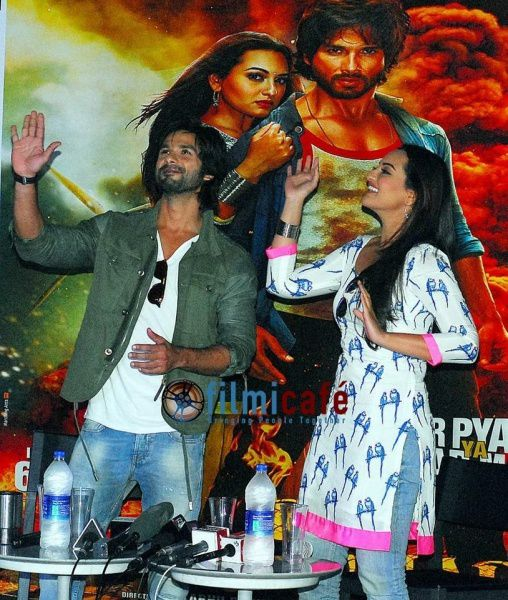 Shahid-Kapoor-and-Sonakshi-Sinha-Leaving-for-R-.--copie-7.jpg