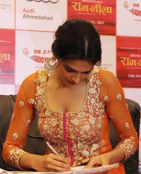 Deepika-Padukone-promotes-Ram-leela-at-Radio-Mirchi-3.jpg