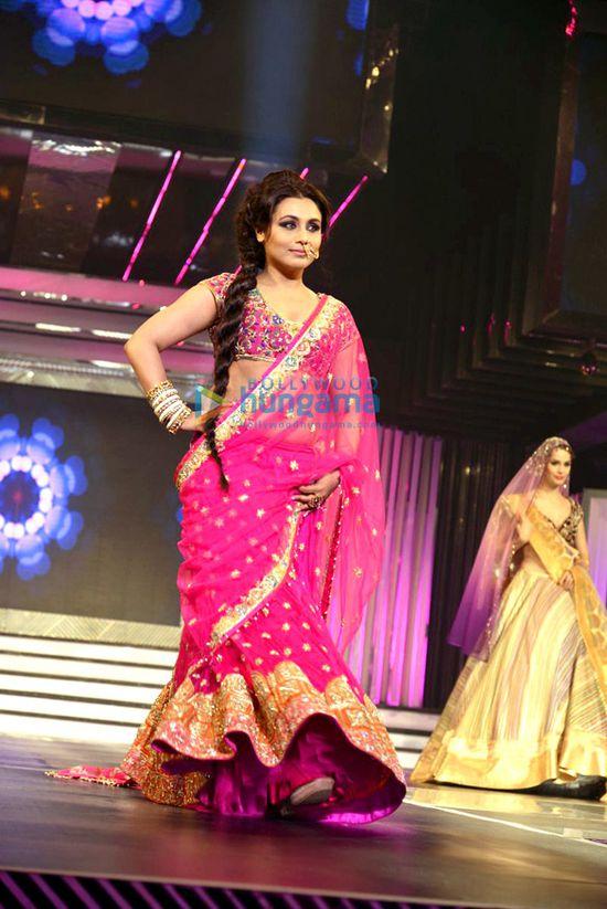 Shah-Rukh-walks-the-ramp-with-Yash-Chopra-s-heroines-4.jpg