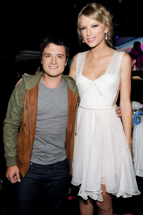 taylor-swift-josh-hutcherson-2012-teen-choice-awards-tca-th.jpg