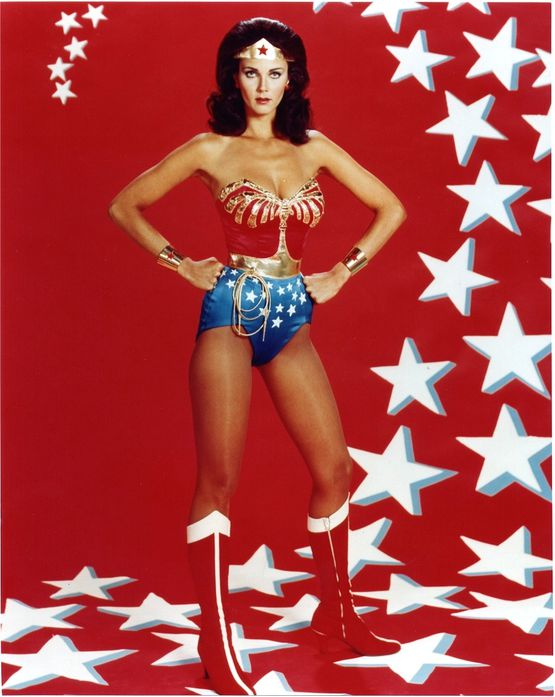 Lynda-Carter-poses-as-Wonder-Woman-for-a-studio-p-copie-2.jpeg