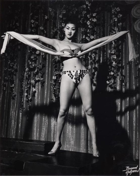 Burlesque-dancer-shot-by-Bruno-Bernard-1950.jpeg