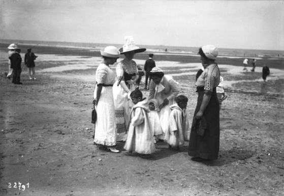 Groupe sur une plage - 1912 - Agence Roll