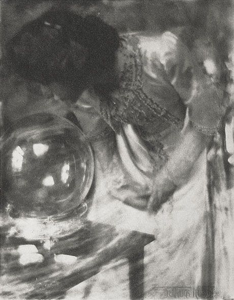 Back--The-Crystal-Gazer--Kasebier--Gertrude-1910-copie-1.jpg
