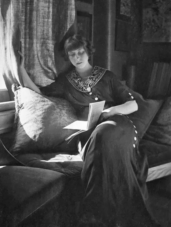 Gertrude-Kasebier---Woman-reading--1907.jpg