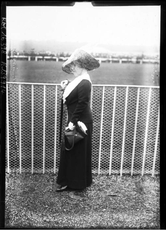 Toilete-a-Longchamp-1911-Agence-Rol.png