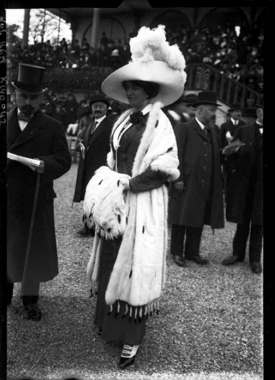 Une-elegante-a-Longchamp-1911-Agence-Roll.png