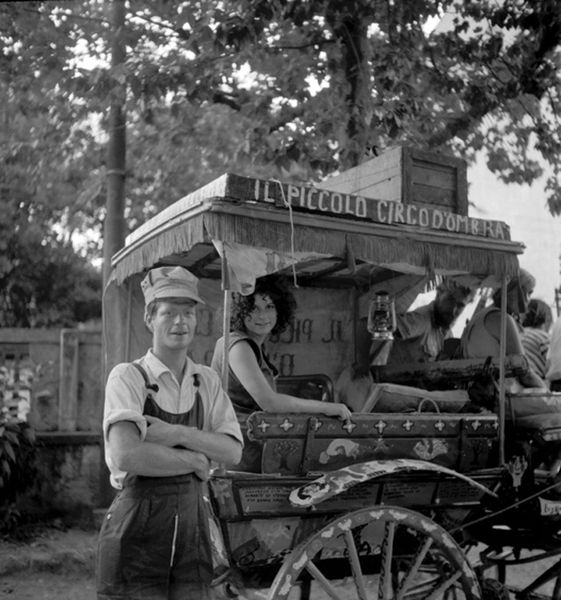 Red-Grooms-and-Mimi-Gross-with-their-puppet-wagon--copia-1.jpg