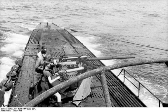 Bundesarchiv Bild 101II-MW-3930-23A, U-Boot U-103 in See