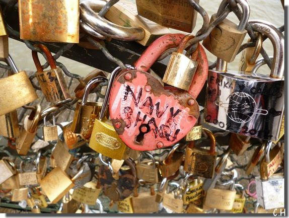 Paris Pont des Arts Cadenas rouge