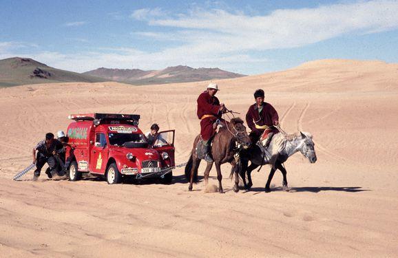 chevaux-tirent-2cv-Mongolie.jpg