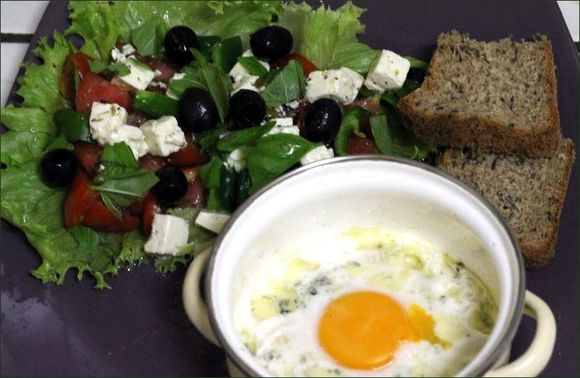 salade grecque (tomate, feta, basilic, olives noires salade, huile de marinade de la feta) vegecarib1104