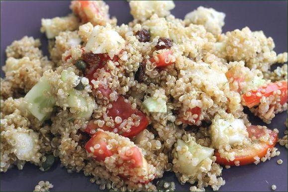 Salade de quinoa, tomates, concombre, câpres, raisins secs, vinaigrette au citron. vegecarib1071