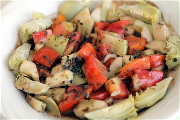 Coeurs d'artichauts, comté, tomate, concombre, algues en paillettes, vinaigrette. vegecarib1076