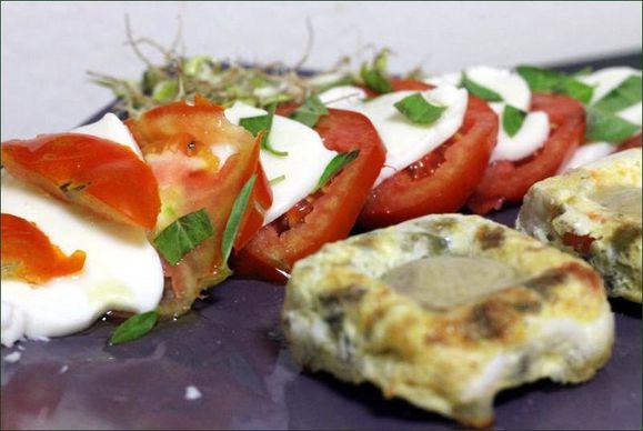salade Caprese (tomate, mozzarella, basilic, huile d'olive) avec des germes de soja au ssame vegecarib1105