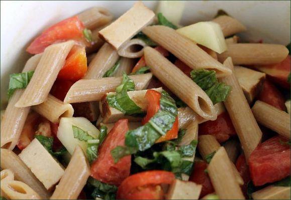 Penne au blé complet, tomate, concombre, basilic, tofu fumé, vinaigrette vegecarib1144