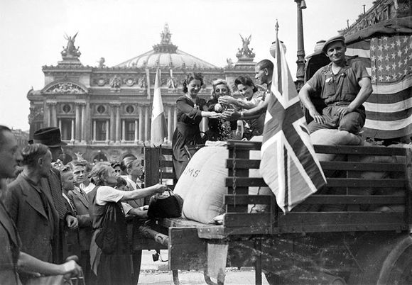Liberation-de-Paris.-Convoi-de-ravitaillement-sur-copie-1.jpg