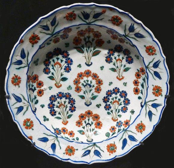 Plat à décor concentrique Iznik vers 1565-1570