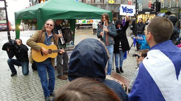 A-Aberdeen-Dougie-MacLean-chanteur-pour-Ecosse-independant.jpg