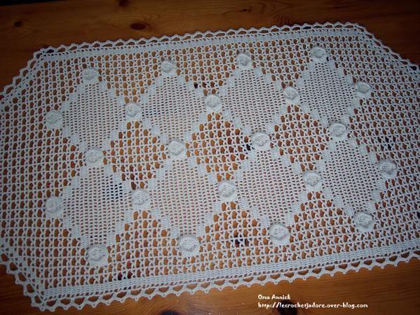 Des coeurs sur un chemin de table au crochet le blog for Chemin de table crochet
