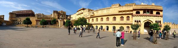 cour-fort-d-amber-PANO.jpg