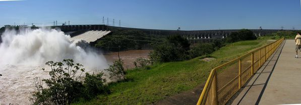 Itaipu Barrage Largage tropplein Pano1