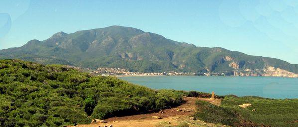El Chenoua domine la baie de Tipaza. A droite la stèle en
