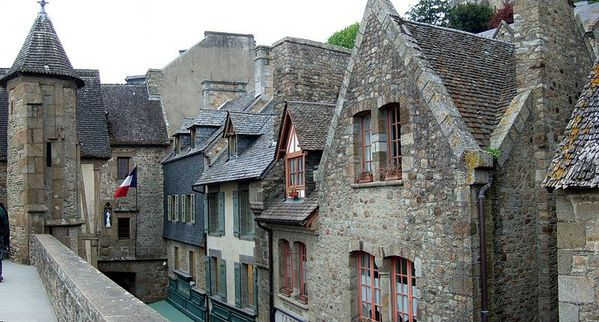 800px-Mont_Saint_Michel_village.jpg