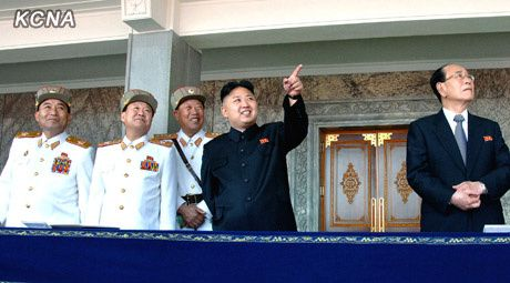 kim_jong_un_tribune_parade_15_avril.jpg