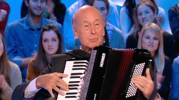 Valéry Giscard d'Estaing à l'accordéon chromatique