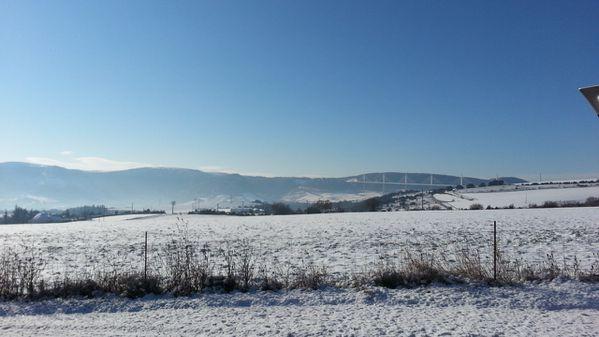 17-janvier-2013-gel-et-neige-sur-millau-viaduc.jpg