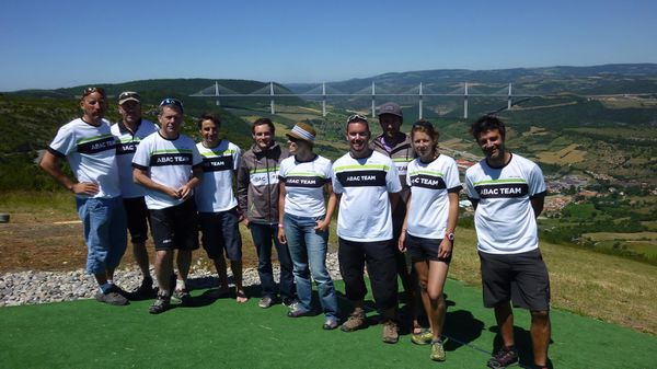 Le team et le viaduc de Millau