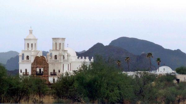 Tucson Eglise St Xavier del Bac et montagnes (2)
