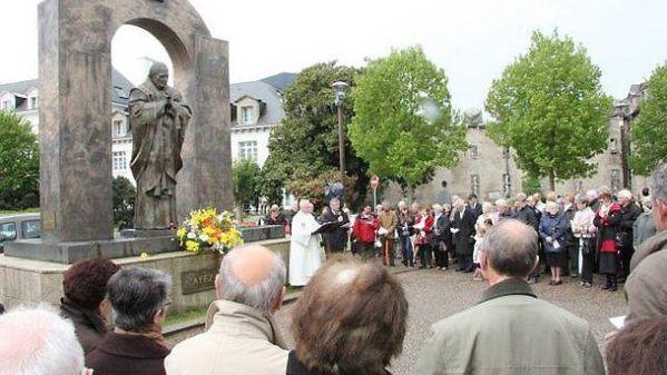 140917-la-statue-de-jean-paul-ii-sur-la-sellette.jpg