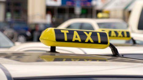 Un-chauffeur-de-taxi-decouvre-325-000--et-les-retourne-a-.jpg
