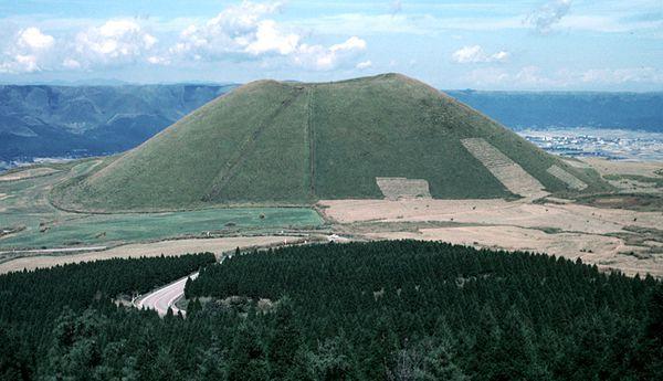 Aso-caldeira---Cone-scories-Yonezuka---S.Nakano-1989.JPG