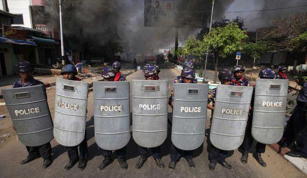 sem13marf-Z27-policiers-antiemeute-en-Birmanie-conflit-boud.jpg