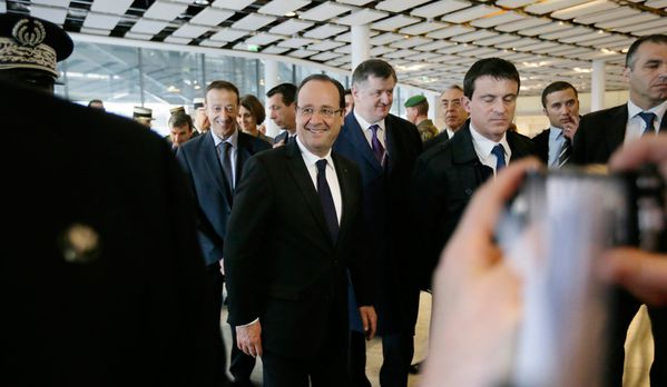 sem13avre-Z25-hollande-valls-roissy-inspection-vigipirate.jpg