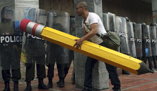 sem11nove-Z11-etudiant-gomme-barrage-police-Bogota-Colombie.jpg