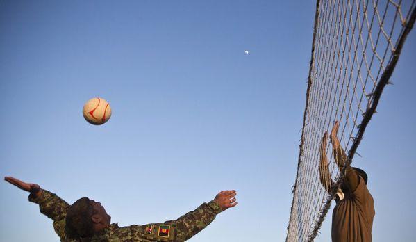 sem13jang-Z2-volley-ball-afghanistan-soldats-armee-afghane.jpg