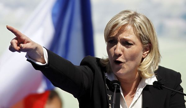 Marine-le-Pen-main-tendue.jpg