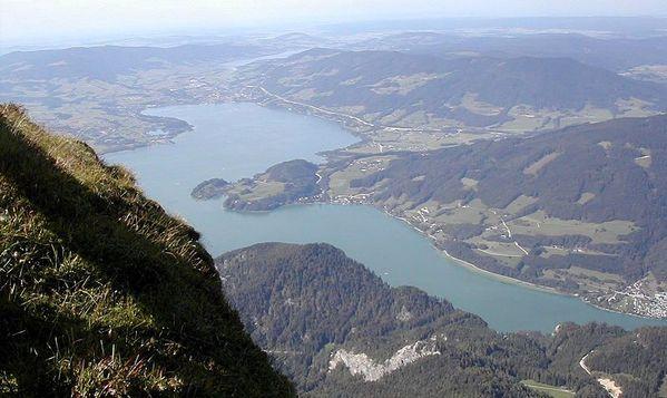 800px-Mondsee from above-Vimu(Mühlstein-Vinzenz)-bl2