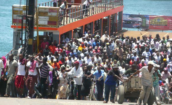 Foule sort du ferry
