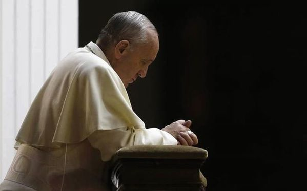 Pope-Francis-praying-parousie.over-blog.fr.jpg