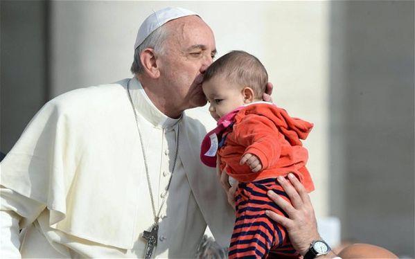 Pape-Francois-embrasse-bebe-11.2013-parousie.over-blog.f.jpg