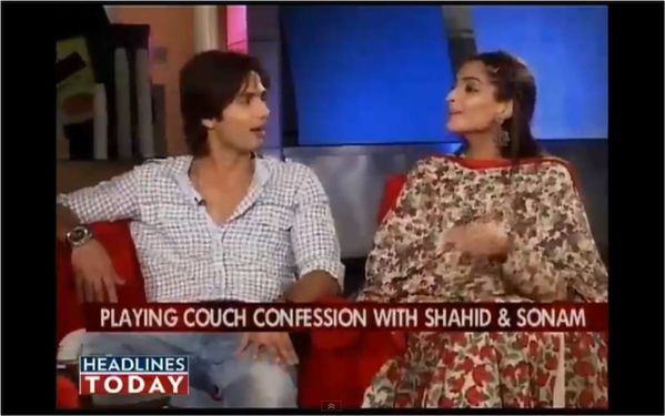 Sonam---Shahid-Kapoor-on-couch-with-Koel---Blog-Bollywood--.jpg