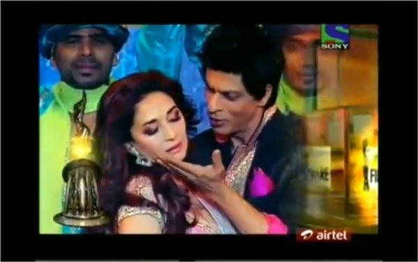 Madhuri-Dixi---Shahrukh-Khan-Filmfare-Awards.jpg